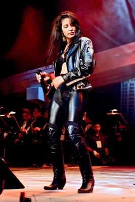 Se conmemora el 50.° cumpleaños de Selena por medio de una adquisición de fotos de la cantante