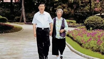Xi Jinping y su madre Qi Xin (PRNewsfoto/CGTN)