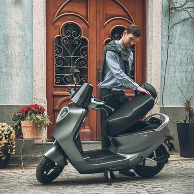 With its chic aesthetic, thoughtful design touches and high-quality components, the Yadea C1S offers a refined and sporty ride to travelers.
