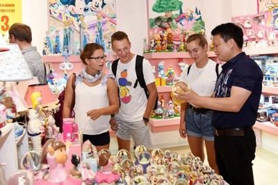 La foto muestra a comerciantes extranjeros viendo productos de porcelana china en el condado de Dehua, ciudad de Quanzhou, provincia de Fujian en el sudeste de China.. (PRNewsfoto/Xinhua Silk Road)